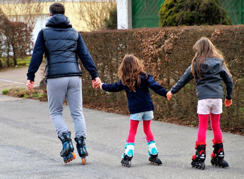 enseñar a un niño a patinar con patines